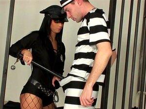 Un prisonner baise la gardienne